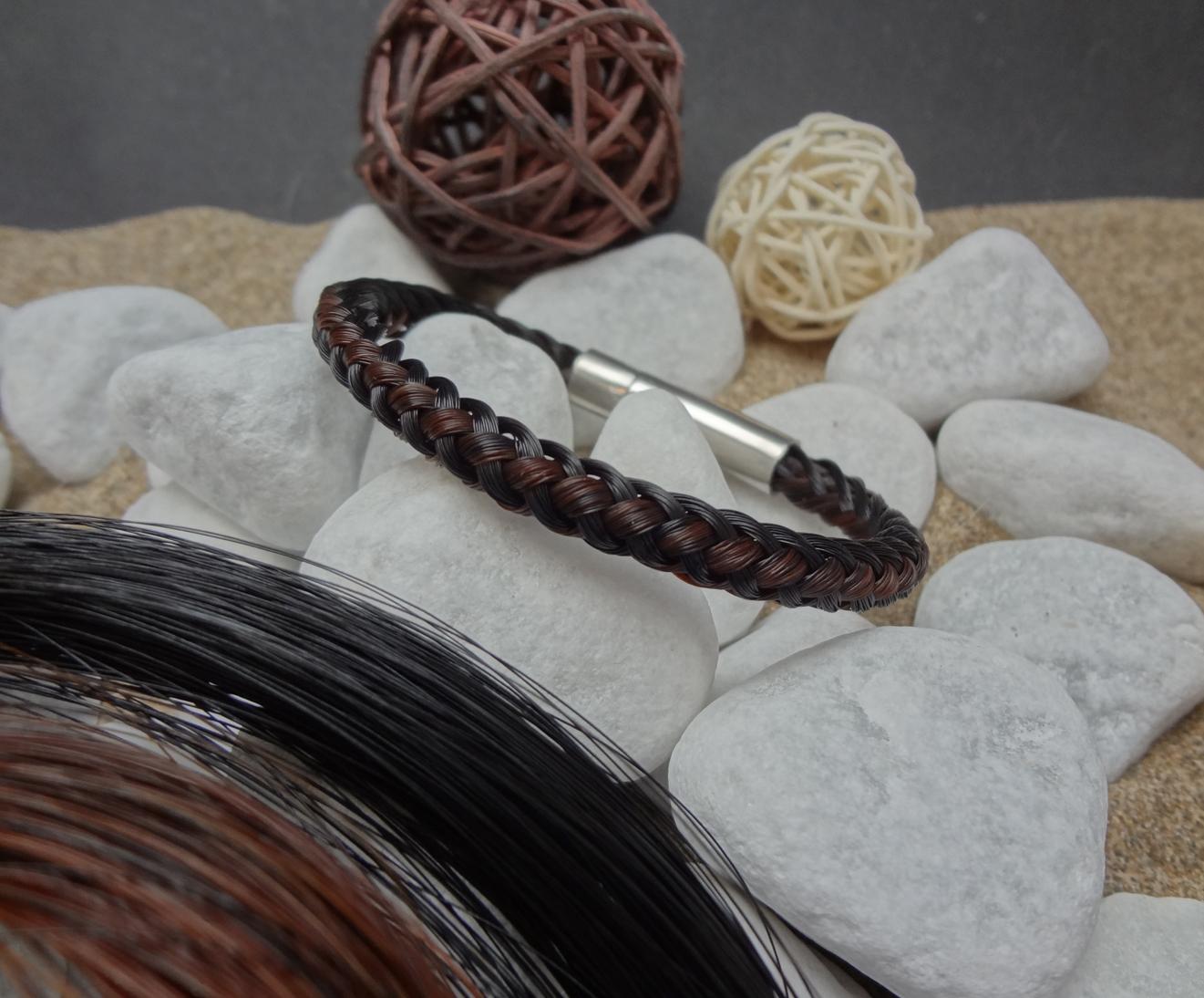 R8-längsstreifen: Rund geflochtenes Pferdehaar-Armband aus 4 schwarzen und 4 braunen Strängen, mit Edelstahl-Hebeldruckverschluss - Preis: 54 Euro