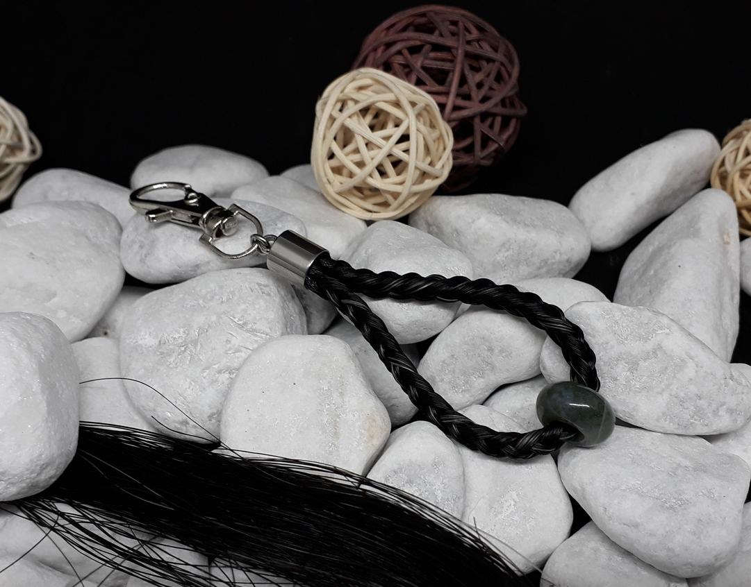 """Rund geflochtener Schlüsselanhänger aus 6 schwarzen Strängen mit einzelnen weißen Haaren, mit einem Edelstein """"Moosachat"""" und Endkappe aus Edelstahl - Preis: 35 Euro"""