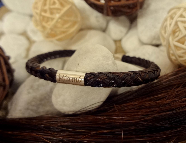 R8-Gravur-Silberhülse (dick): Rund geflochtenes Armband aus 8 Strängen mit 925er Silber-Hülse (dick) mit Gravur, mit Edelstahl-Karabinerverschluss - Preis: 69 Euro