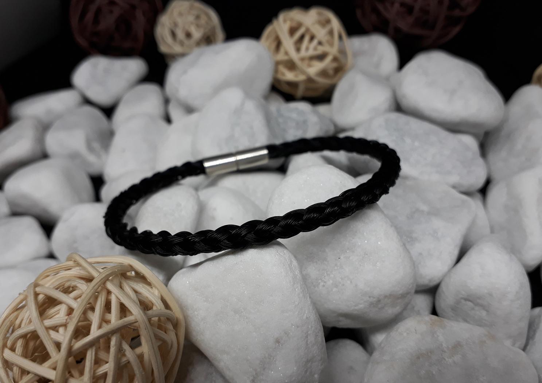 R6-schwarz: Rund geflochtenes Pferdehaar-Armband aus 6 schwarzen Strängen, mit 925er Silber-Bajonettverschluss - Preis: 59 Euro