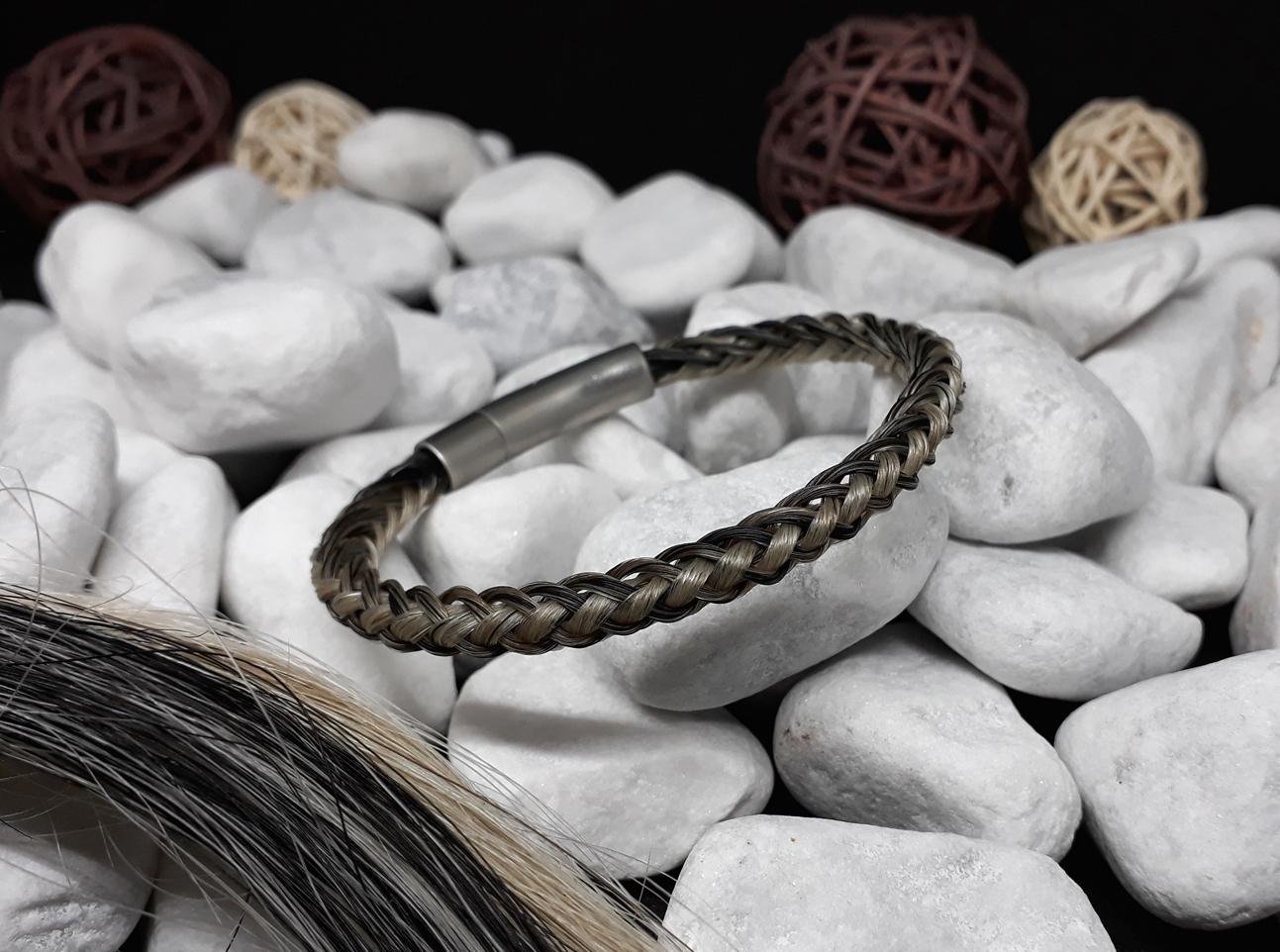 R8-längsstreifen: Rund geflochtenes Pferdehaar-Armband aus 4 weißen und 4 grauen Strängen, mit Edelstahl-Hebeldruckverschluss in matt - Preis: 54 Euro