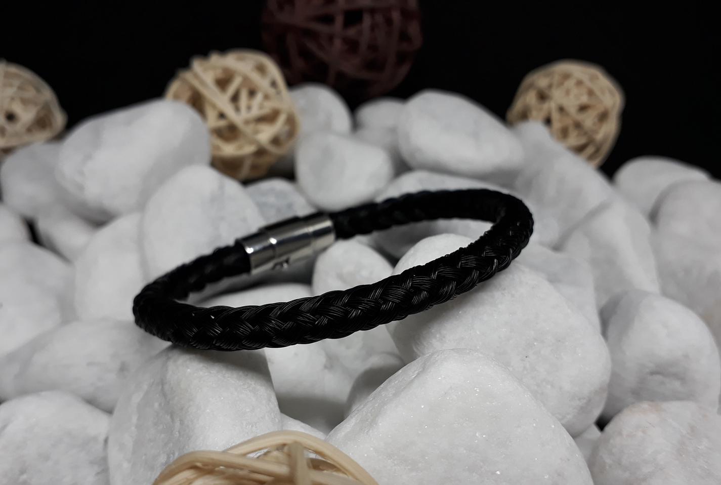 R8-schwarz: Rund geflochtenes Pferdehaar-Armband aus 8 schwarzen Strängen, mit Edelstahl-Bajonettverschluss - Preis: 54 Euro