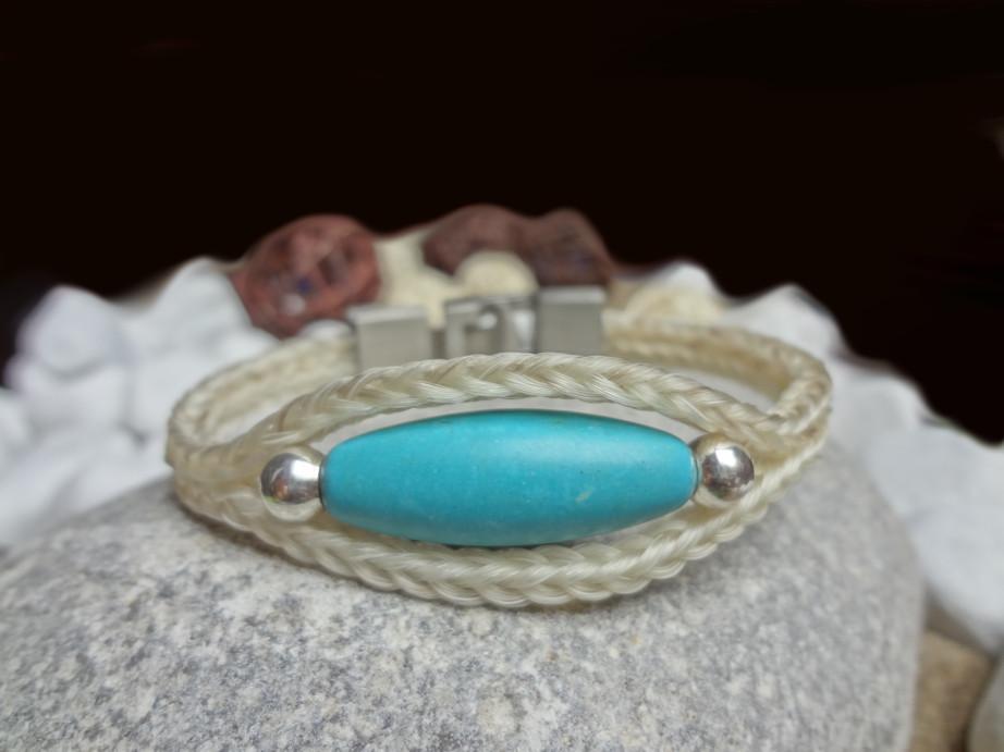 Doppelt viereckig geflochtenes Armband aus weißem Pferdehaar mit eingearbeitetem Türkis-Edelstein und silbernen Perlen