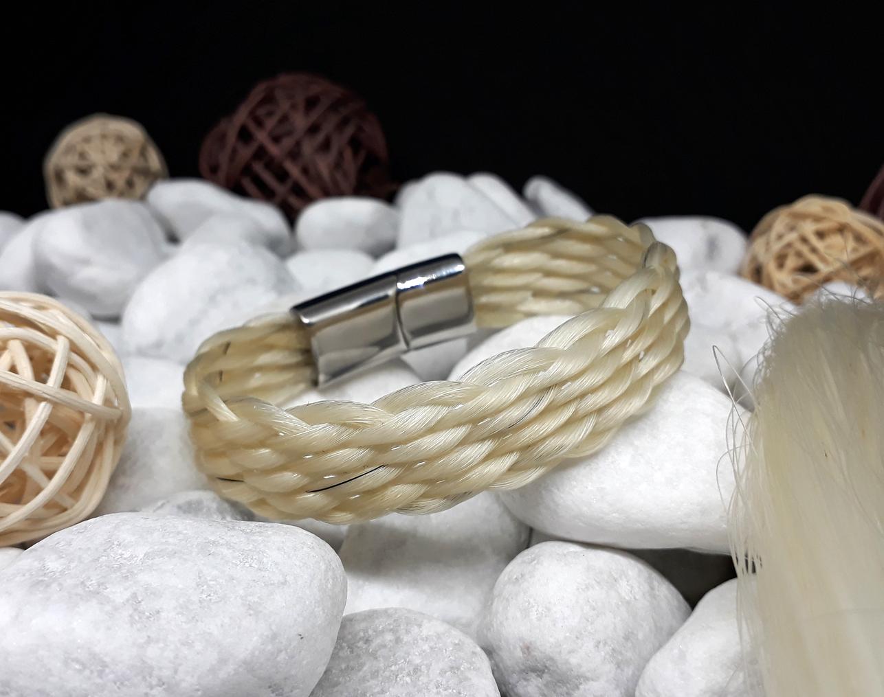 F10-weiß: Flach geflochtenes Armband aus 10 dicken weißen Strängen, mit Edelstahl-Magnetverschluss zum Aufschieben - Preis: 49 Euro