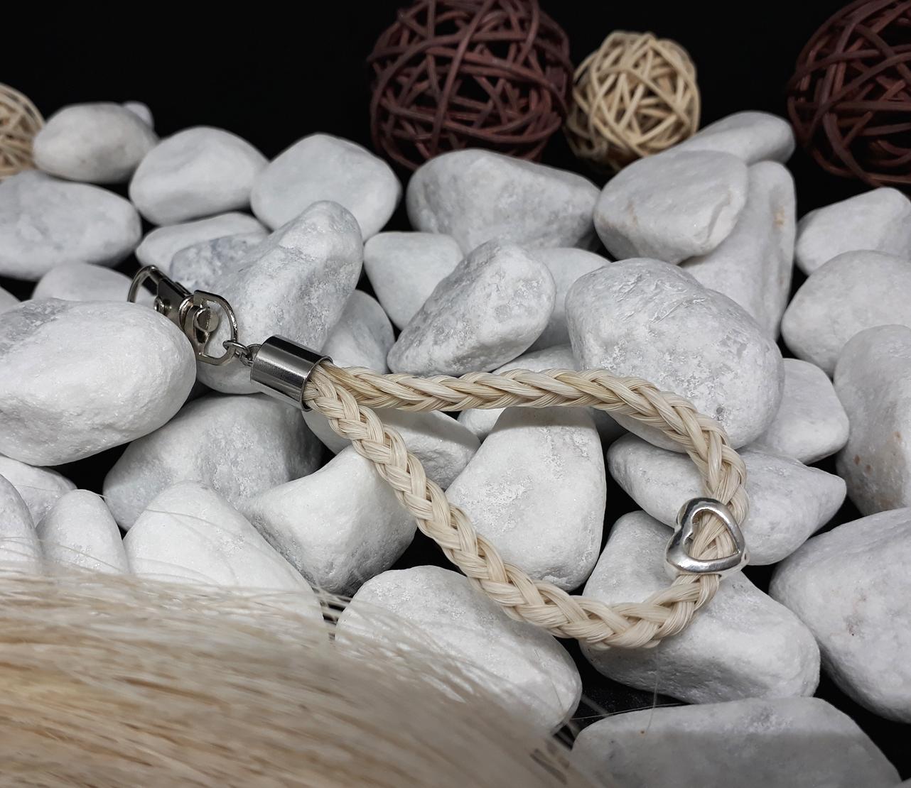 """Rund geflochtener Schlüsselanhänger aus 6 weißen Strängen, mit einer 925er Silberperle """"Herz offen"""" und Endkappe aus Edelstahl - Preis: 42 Euro"""