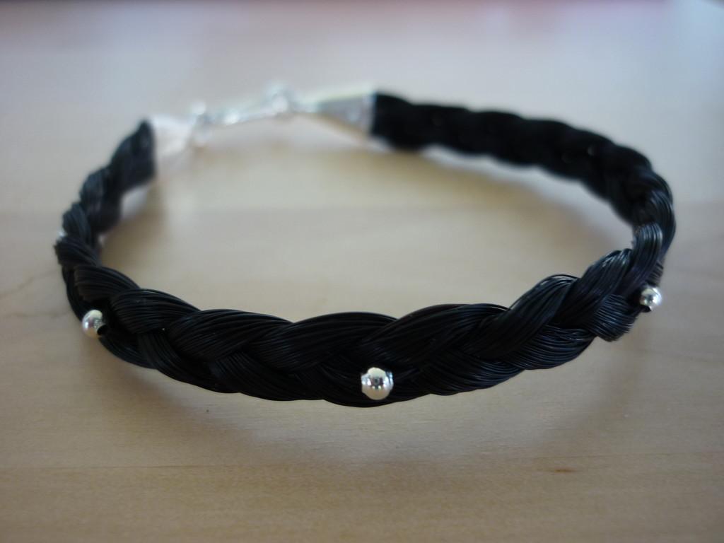 Dreifach geflochtenes Armband mit eingearbeiteten Quetschperlen welche ganz blieben