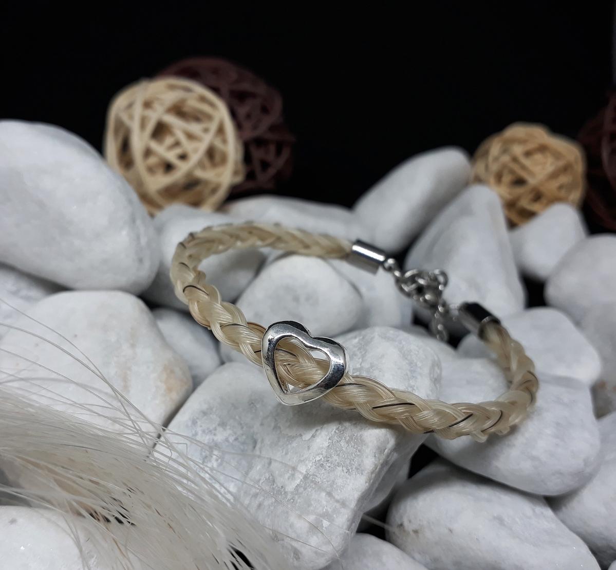 """R6-Herz-offen: Rund geflochtenes Armband aus 6 weißen Strängen mit einzelnen schwarzen Haaren, mit einer versilberten Perle """"Herz offen"""", mit Edelstahl-Karabinerverschluss - Preis: 54 Euro"""