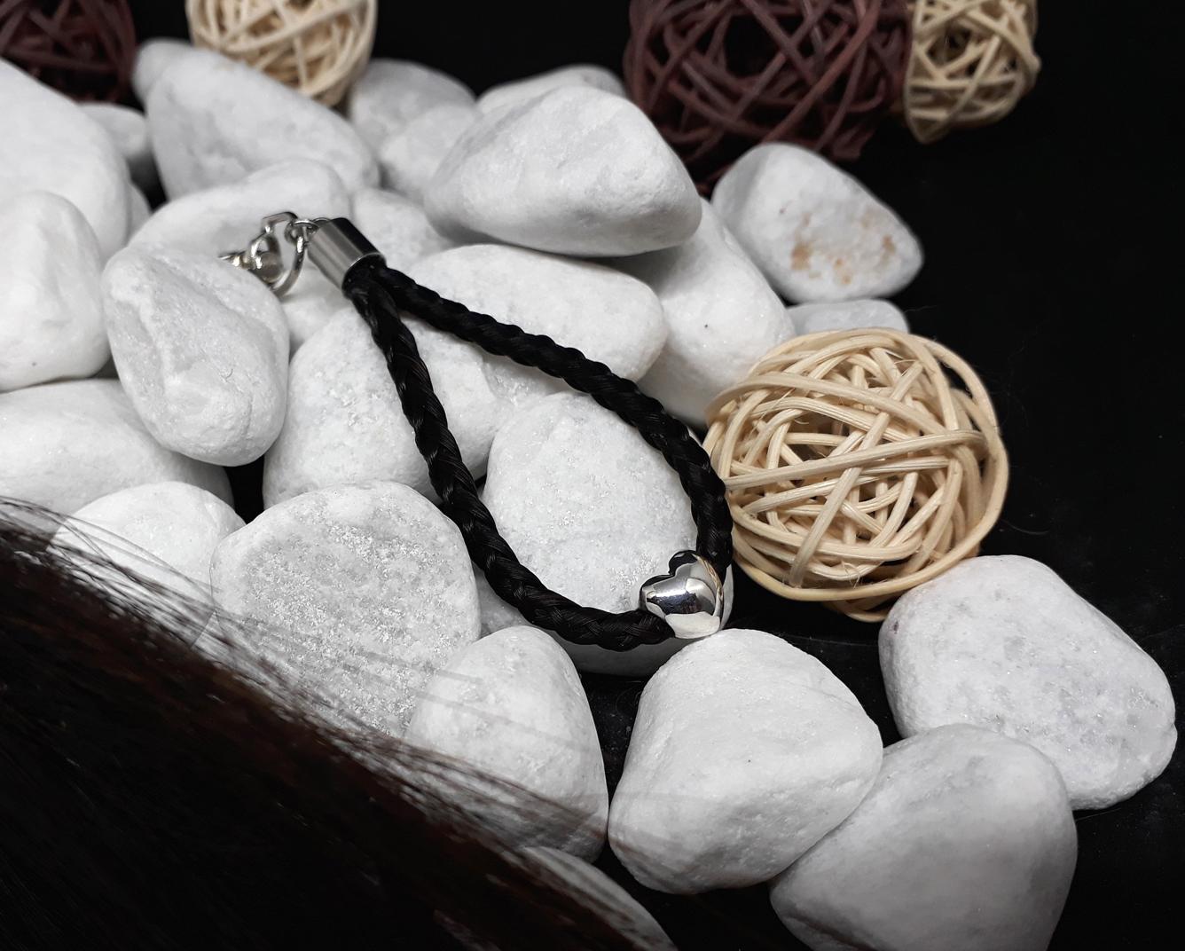"""Rund geflochtener Schlüsselanhänger aus 6 schwarzen Strängen, mit einer massiven 925er Silber-Perle """"Herz"""" und Endkappe aus Edelstahl - Preis: 45 Euro"""
