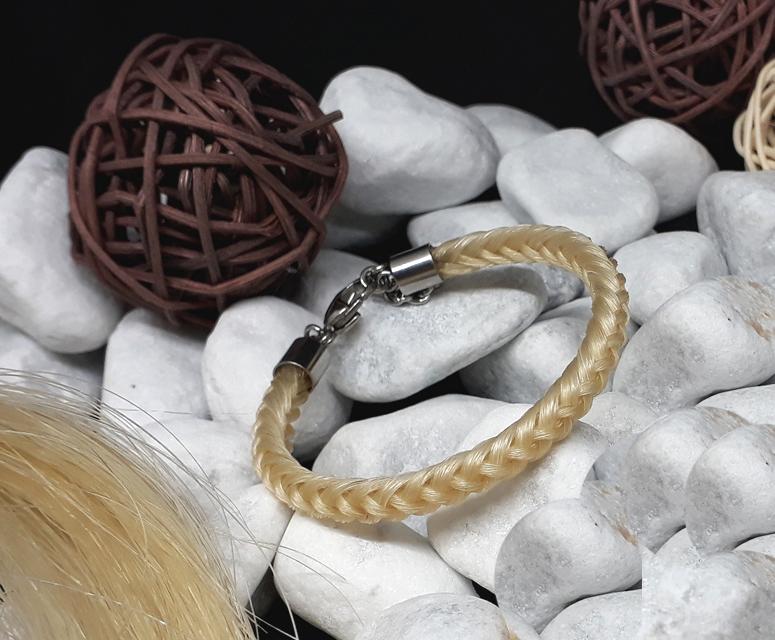 R8-beige: Rund geflochtenes Pferdehaar-Armband aus 8 beigen Strängen, mit Edelstahl-Karabinerverschluss - Preis: 54 Euro