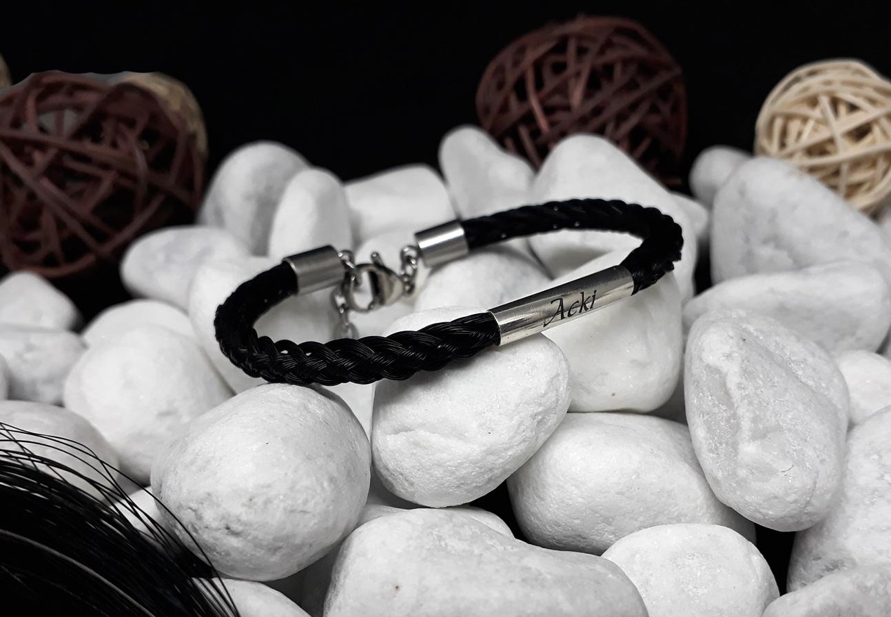 R8-Gravur-gebogene Silberhülse: Rund geflochtenes Pferdehaar-Armband aus 8 schwarzen Strängen, mit leicht gebogener 925er Silberhülse mit Gravur, mit Edelstahl-Karabinerverschluss - Preis: 64 Euro