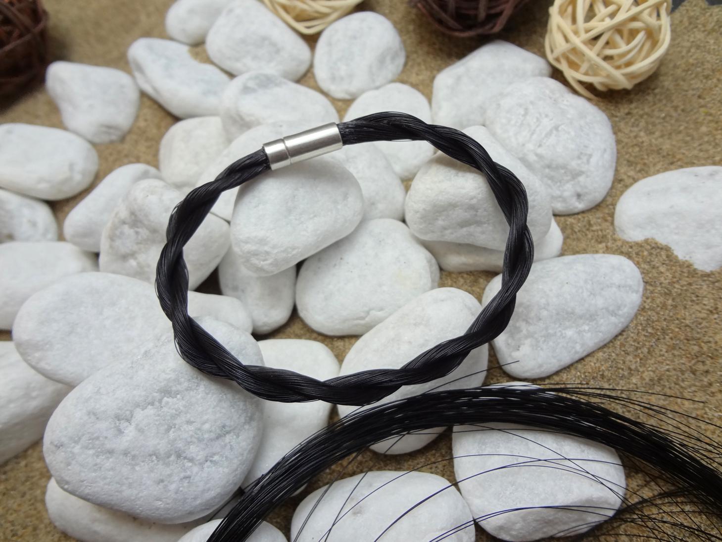K-schwarz: Zur Kordel gedrehtes Armband mit schwarzem Pferdehaar, mit 925er Silber-Druckverschluss - Preis: 39 Euro