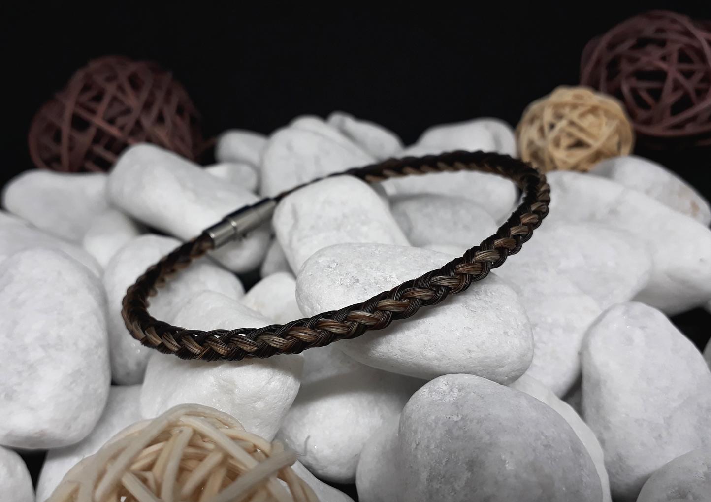 R6-längsstreifen: Rund geflochtenes Pferdehaar-Armband aus 3 schwarzen und 3 braunen Strängen, mit Edelstahl-Bajonettverschluss - Preis: 49 Euro