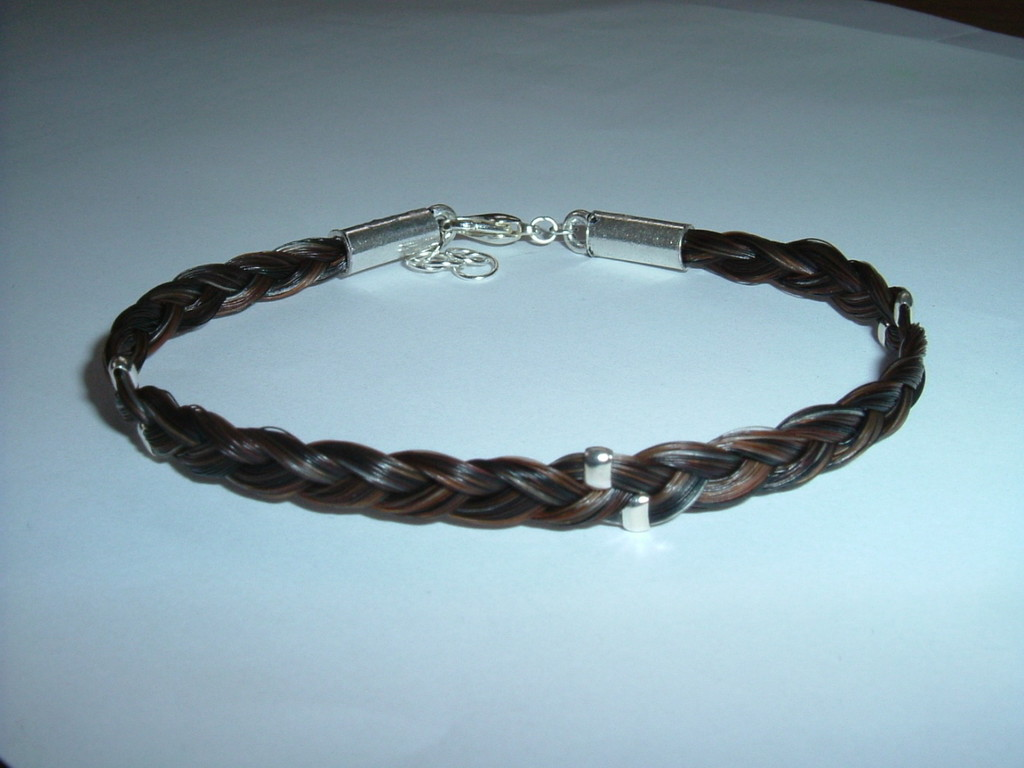Dreifach geflochtenes Armband mit eingearbeiteten Quetschperlen