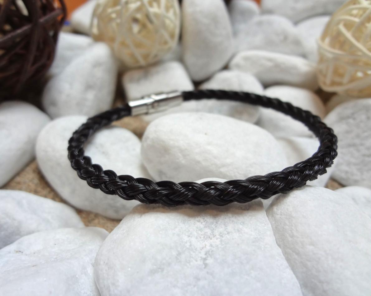 R6-schwarz: Rund geflochtenes Pferdehaar-Armband aus 6 schwarzen Strängen mit Edelstahl-Bajonettverschluss - Preis: 49 Euro