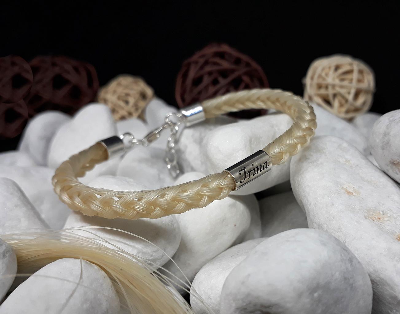 R8-Gravur-Silberhülse (dick): Rund geflochtenes Armband aus 8 Strängen mit 925er Silber-Hülse (dick) mit Gravur, mit 925er Silber-Karabinerverschluss - Preis: 79 Euro