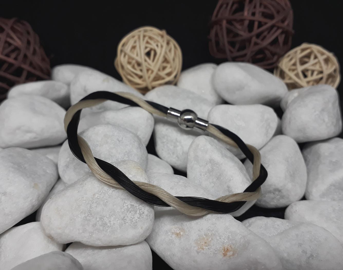 K-schwarz-weiß: Zur Kordel gedrehtes Armband mit schwarzem und weißem Pferdehaar, mit Edelstahl-Magnetverschluss (oval) - Preis: 29 Euro