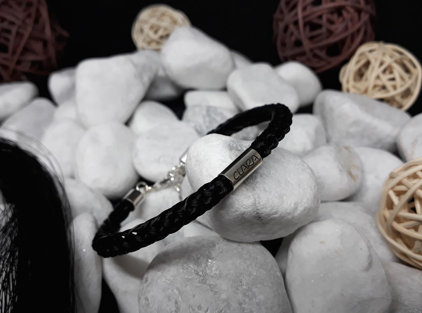 R8-Gravur-Silberhülse (dick): Rund geflochtenes Armband aus 8 schwarzen Strängen mit 925er Silber-Hülse (dick) mit Gravur, mit 925er Silber-Karabinerverschluss - Preis: 79 Euro