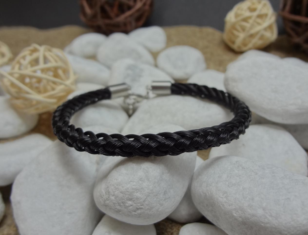 R8-schwarz: Rund geflochtenes Pferdehaar-Armband aus 8 schwarzen Strängen, mit Edelstahl-Karabinerverschluss - Preis: 54 Euro
