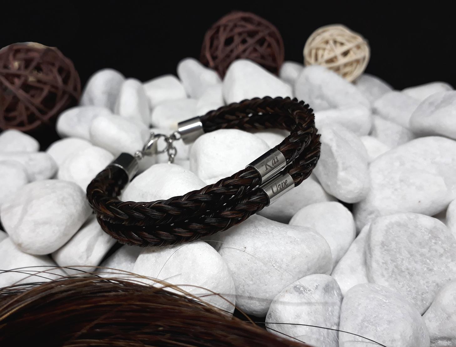 Doppelt viereckig geflochtenes Armband aus 8 Strängen mit je zwei Edelstahl Hülsen (dick) mit Gravur, mit Edelstahl-Karabinerverschluss - Preis: 104 Euro