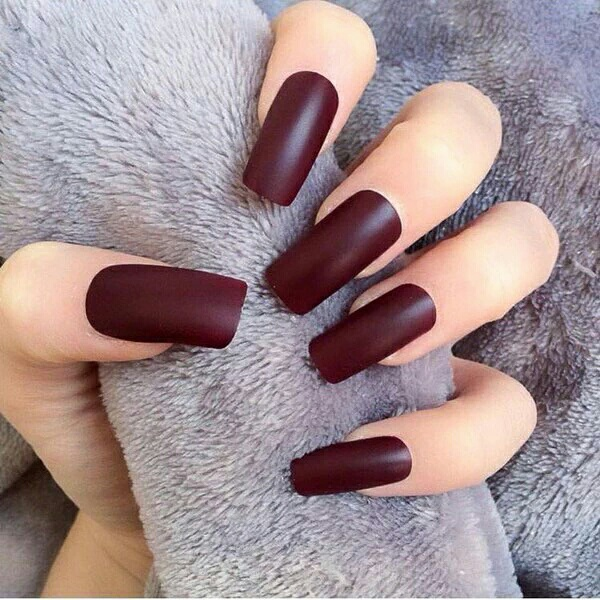 Ongles en gel bordeaux