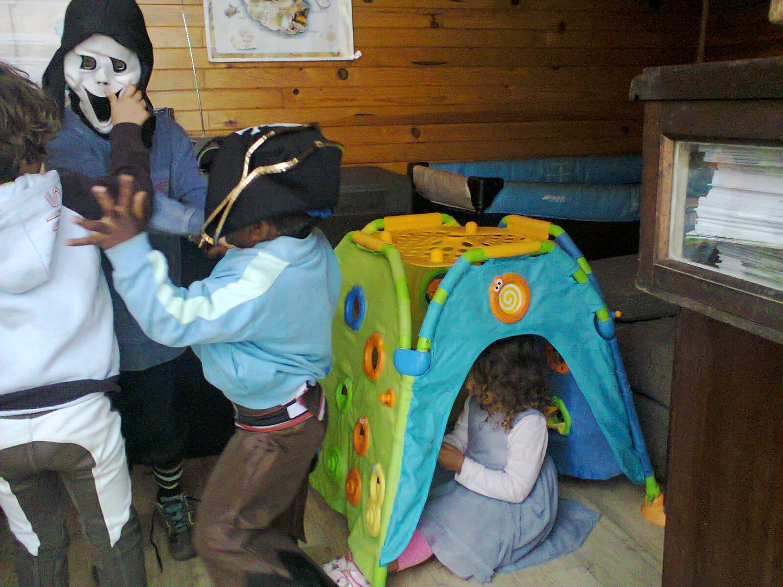 dans le chalet, sous la tente, je me cache !!!