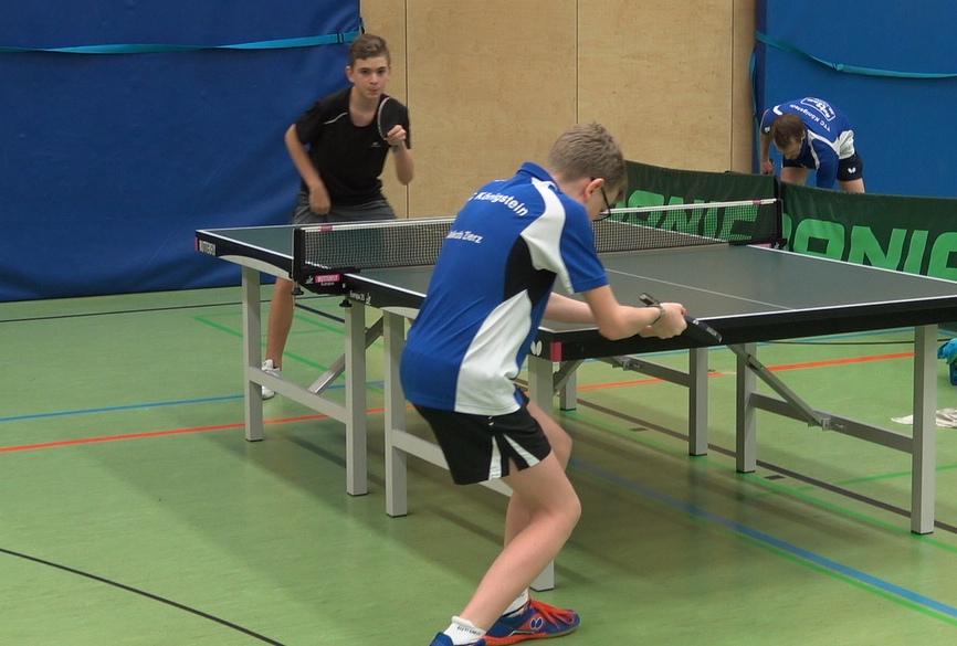 Matchwinner Jakob Zierz beim entscheidenden Sieg gegen den Wallauer Spieler Bauer