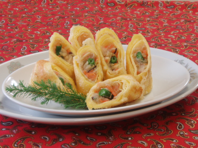 五目玉子春巻:鶏肉使用の中華風味付けが好評です。