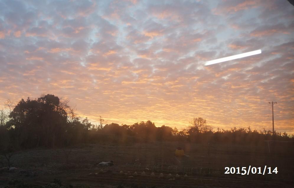 1月14日:朝焼けの様子を窓越しに