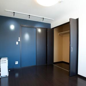 白を基調とした部屋の一面のみブルーの壁にしている