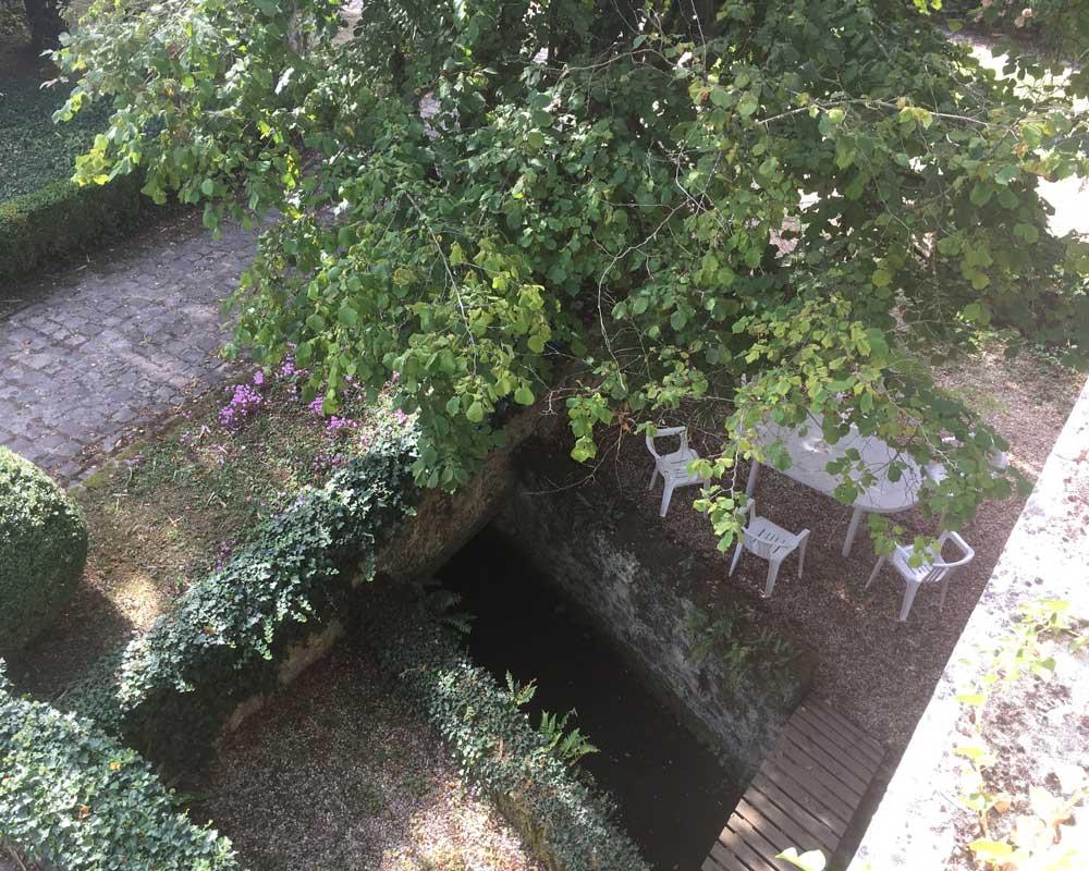 Vue de la terrasse sur la salle à manger d'été