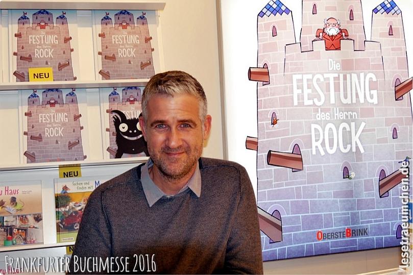 Boris Zatko am Buchmessestand, zusammen mit Herrn Rock :)