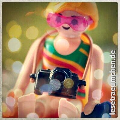 Playmobil hat freundlichweise eine Figur entworfen, mit der ich mich sehr identifizieren kann: ein Mädel mit Buch und Kamera! :)
