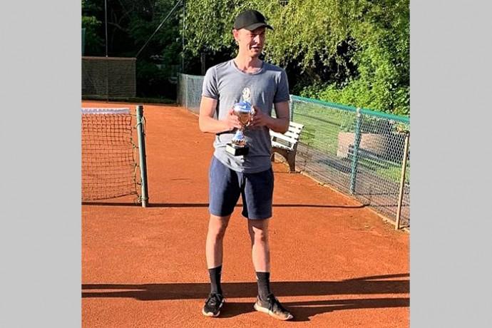 Paul Albrecht gewinnt Tennisturnier des SV Engern