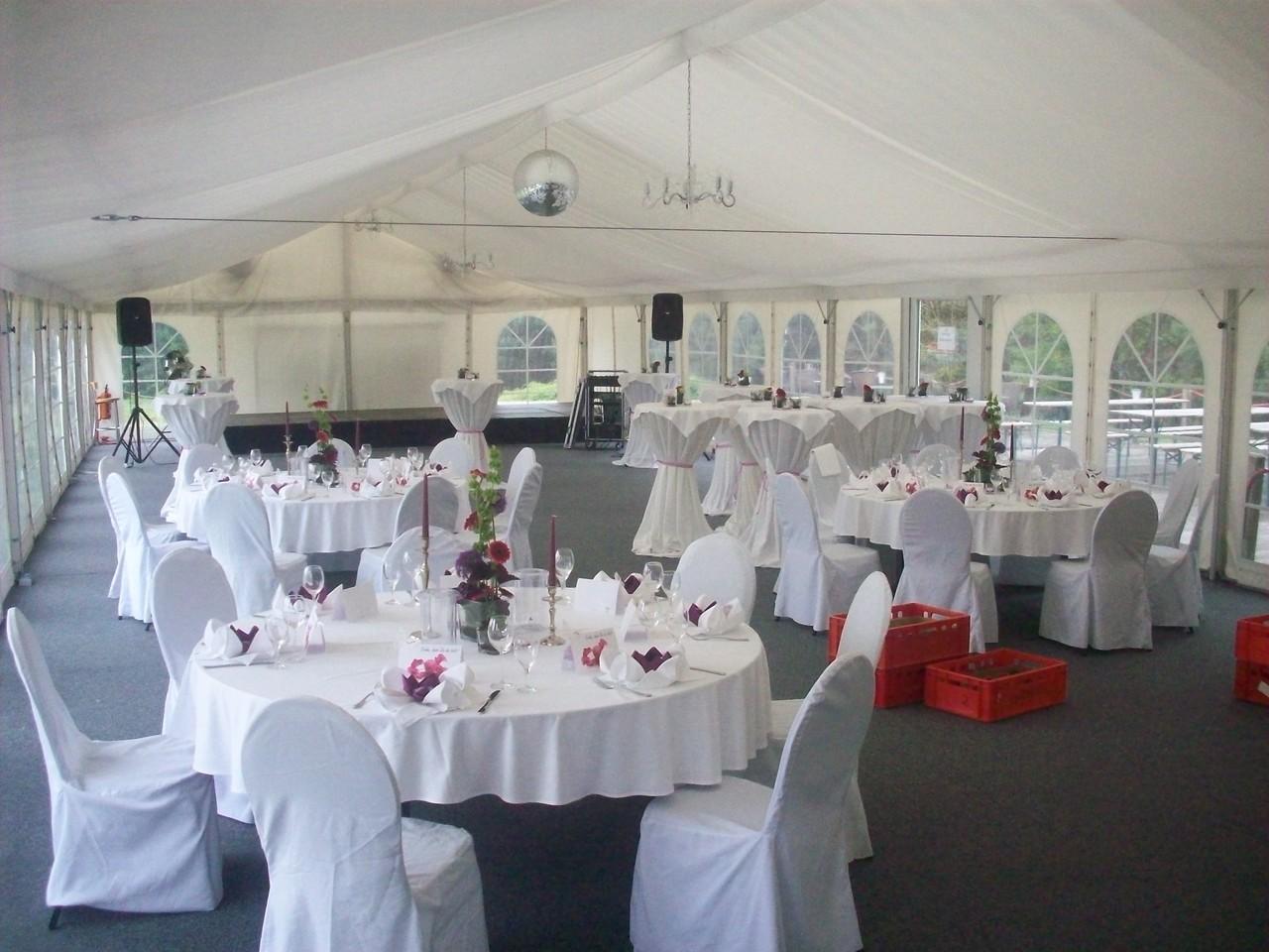 So fanden wir den Raum vor: Die Stoffdekoration und Tischdekoration war - wie meist in Restaurants/Hotels - komplett.