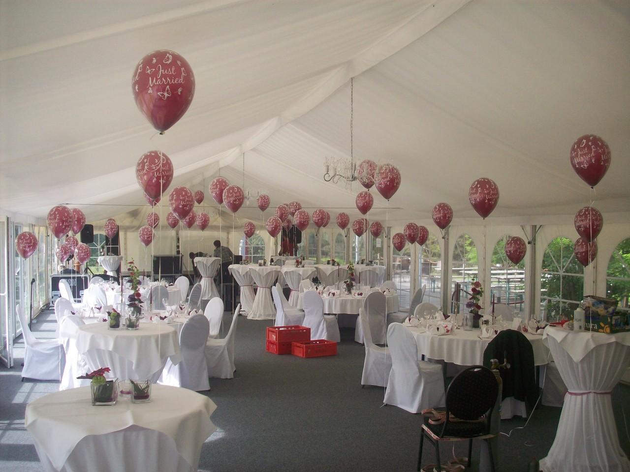 Alle Ballons sind im Raum dekoriert. Diese Aufgabe wird bei Mit-mach-Dekorationen meist von Freiwilligen übernommen. Hier durften wir aber komplett ran, währen die Heiratenden das machten was sie an dem Tag vorhatten: Heiraten.