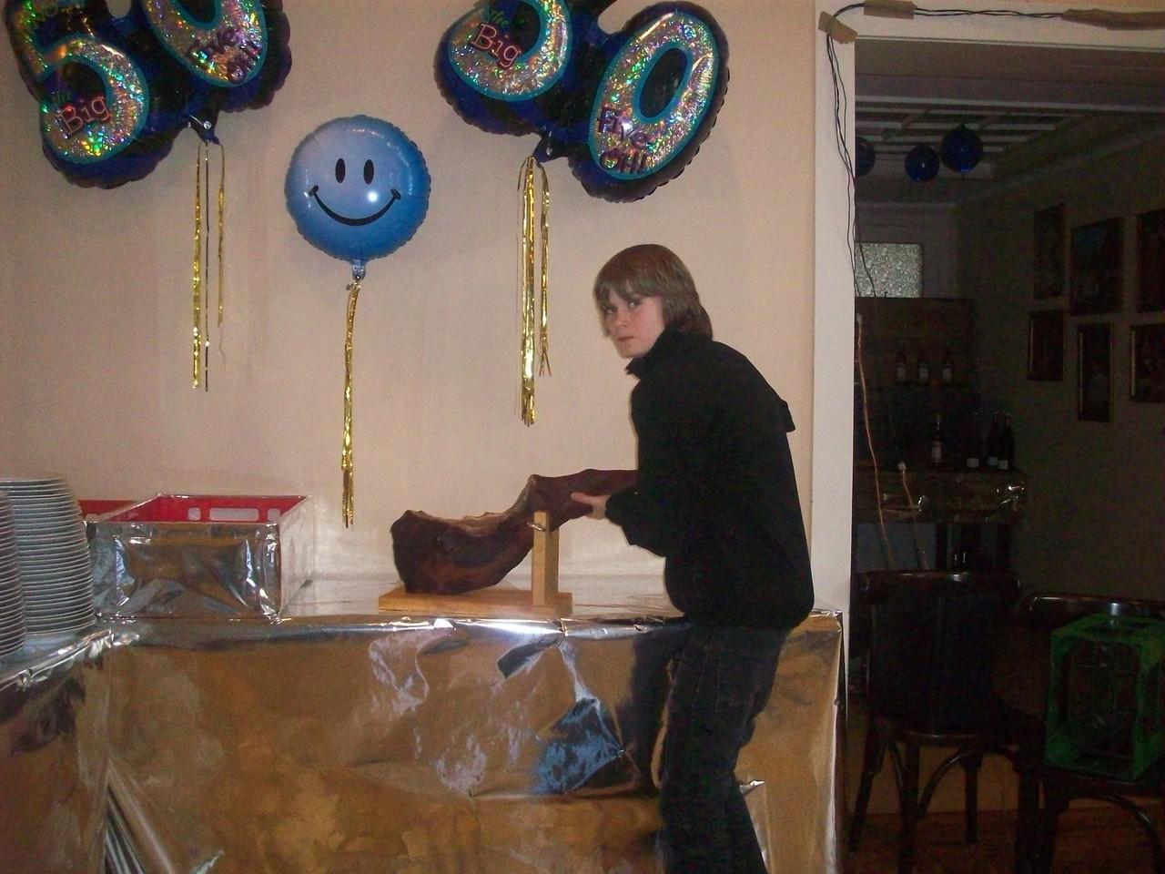 """Trotzdem sollte jeder wissen wie Alt das Geburtstags""""kind"""" wird. Center-Pieces über DJ-Pult und Futter-Tafel."""