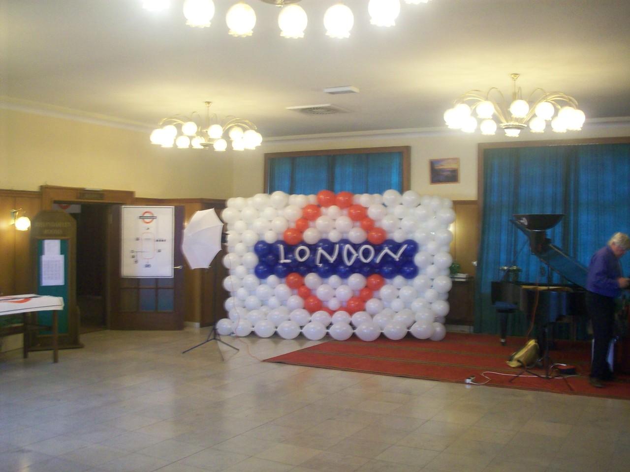London Underground-Sign, hergestellt aus ca. 500 Ballons.