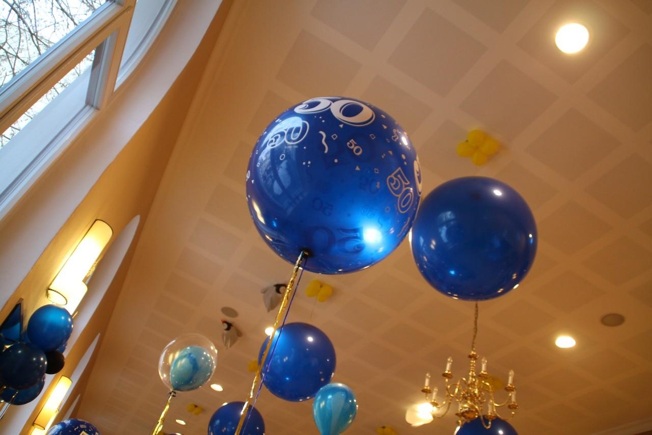 """Die mit """"50"""" bedruckten Ballons haben einen Durchmesser von 80 cm!"""