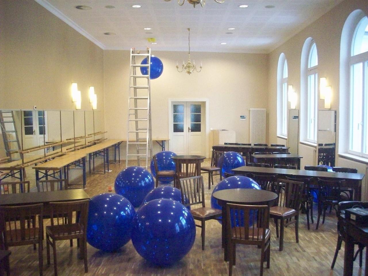 Riesenballone zur Deckendekoration werden vorbereitet...