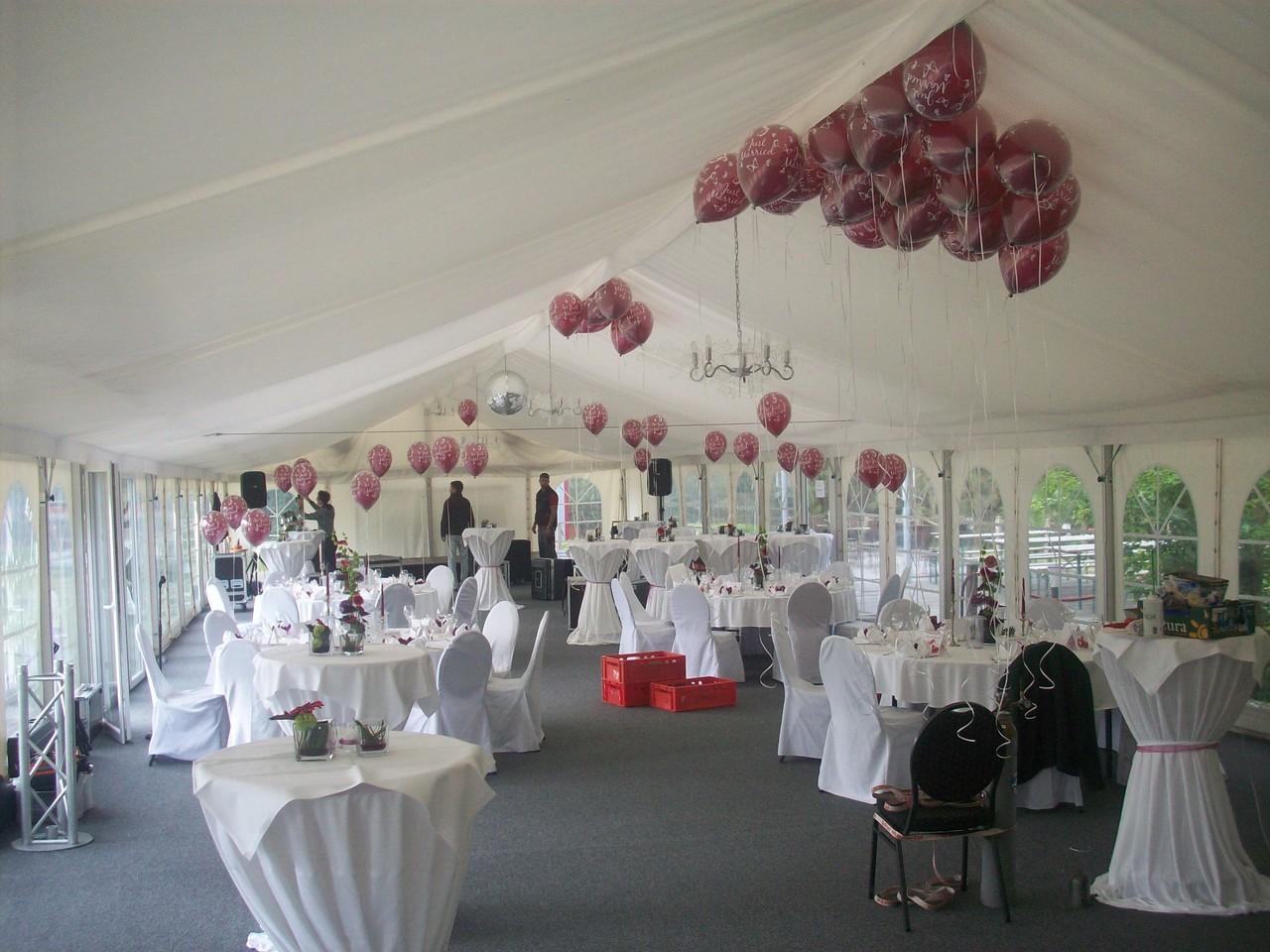 Einige in der Werkstatt vorbereitete Ballons (doppelwandig, Hi-Float) sind bereits befüllt (95% Helium 4.6, 5% Atemluft) und im Raum dekoriert.