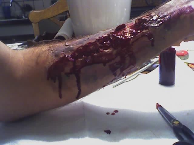 Komplett zerfestzter Unterarm. Schminkdauer: 30-45'