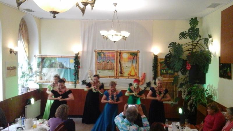 letzter Block wunderschöner Tänze, nun in Samtkleidern