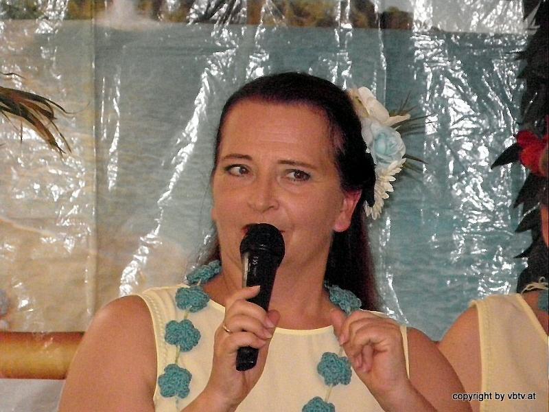 Martina, die eloquente Hula-Chefin erläutert interessant und humorvoll