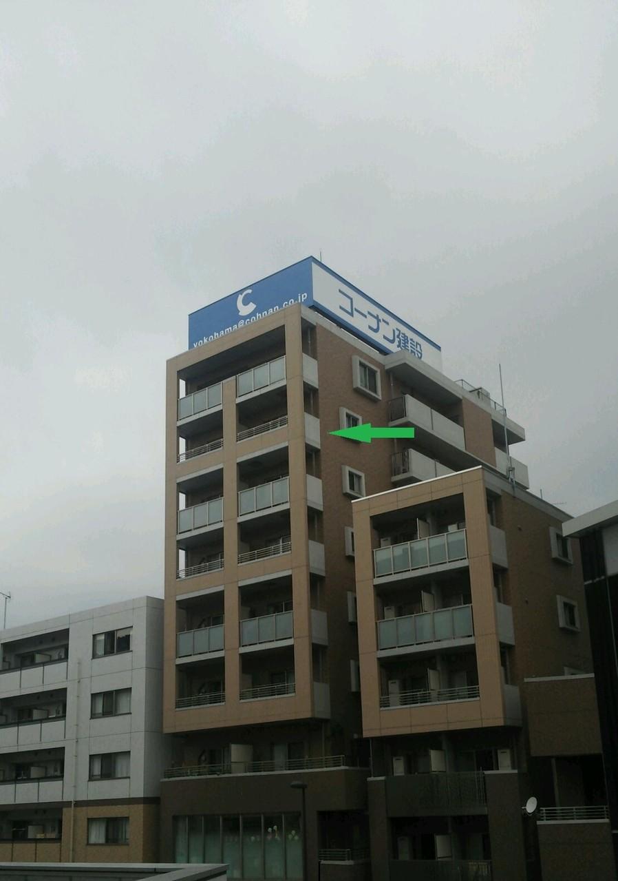 大踏切から3つ目のマンションの9階です。