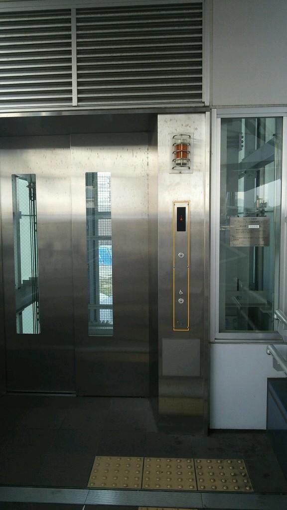 デッキのエレベーターで下へ