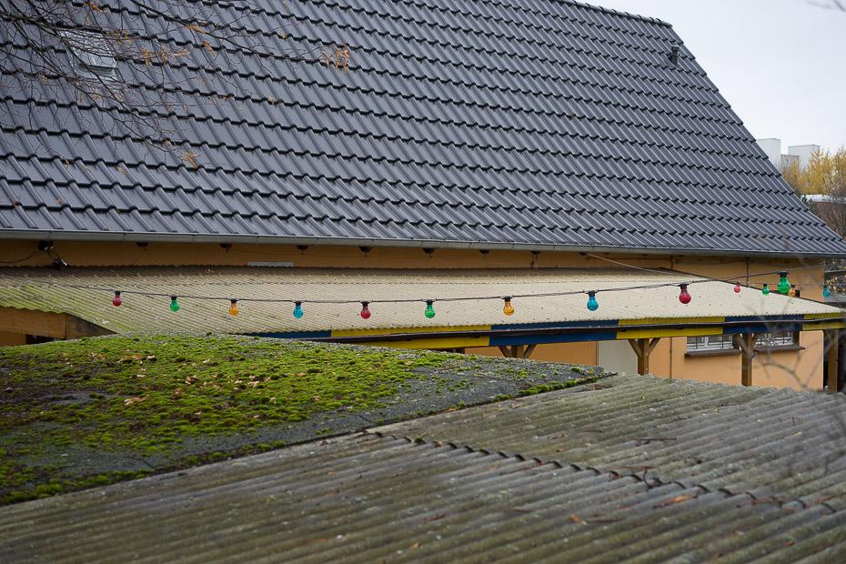 Bunte Lichterkette in einer Kleingartenanlage am Stadtrand von Braunschweig