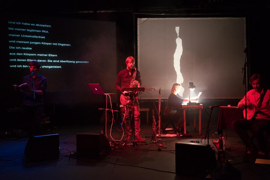 Begleitet von Musik und Lichtprojektion trägt Frank Keizer seine Gedichte vor (mit Jan Klug, Broeder Dieleman und Lies Van Gasse)
