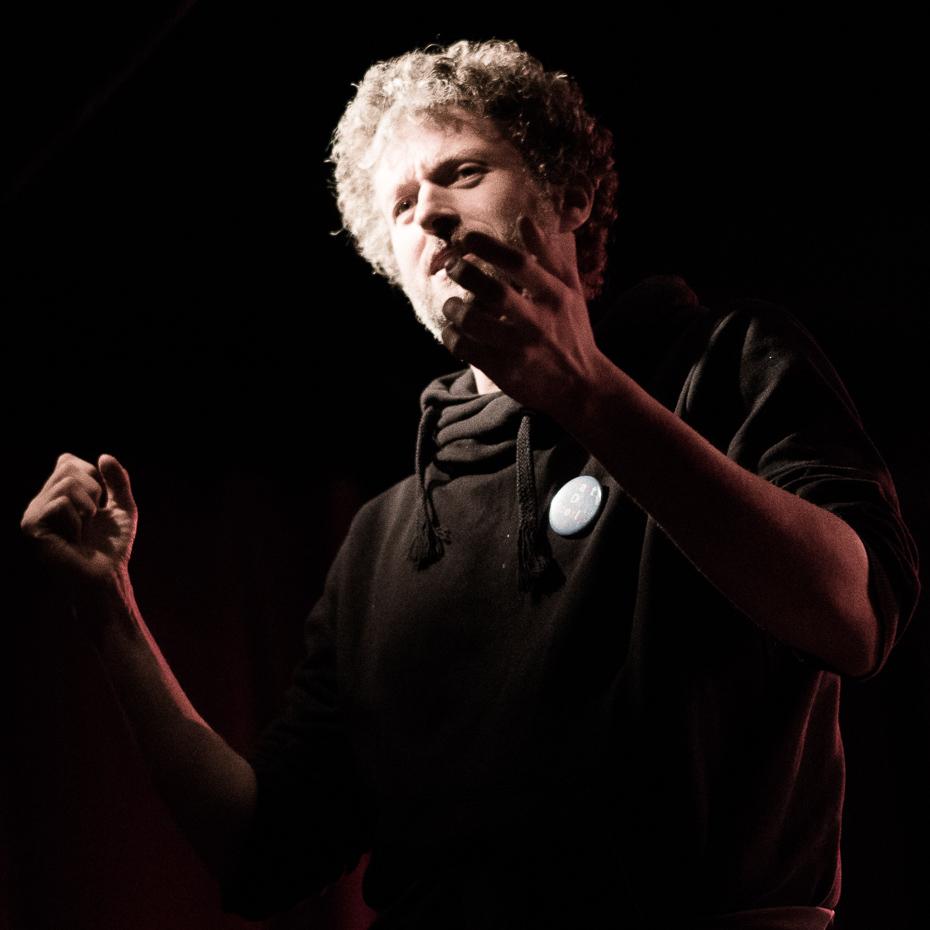 Reset-Festival-Organisator und -Programmplaner Wilko Franz auf der Bühne des Sputnikhallen-Cafés in Münster