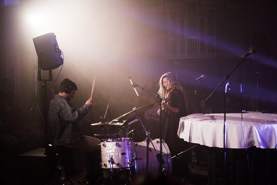 Hannah Epperson mit Geige und Loop-Pedal, begleitet vom Schlagzeuger, in der Dominikanerkirche, Münster