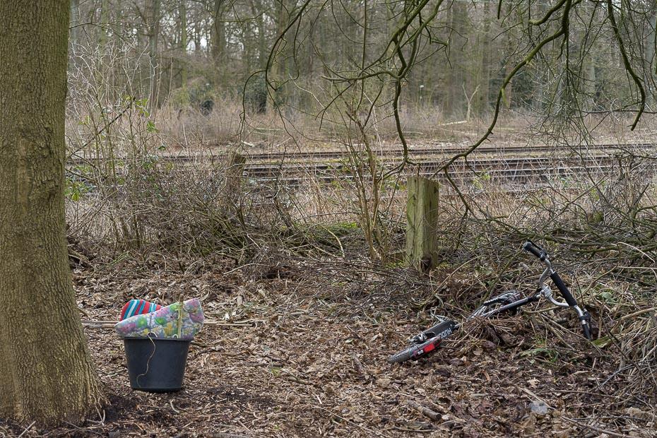 Kinderspielzeug entlang der Bahnstrecke